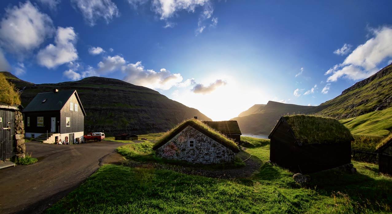 Grashäuser auf den Färöer Inseln.