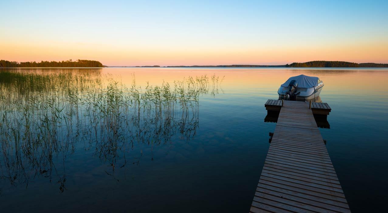 Sicht auf einen See in Finnland bei Abendstimmung